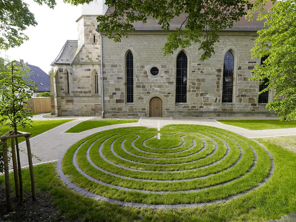 Kirche Waldbach Nordost Außenanlage mit Labyrinth