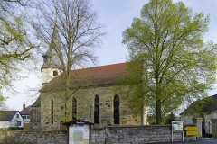 Kirche Waldbach vom Dorfplatz aus