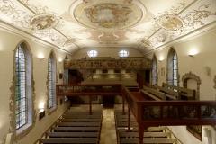 Kirche Waldbach Übersicht Innenraum von der Empore mit Licht