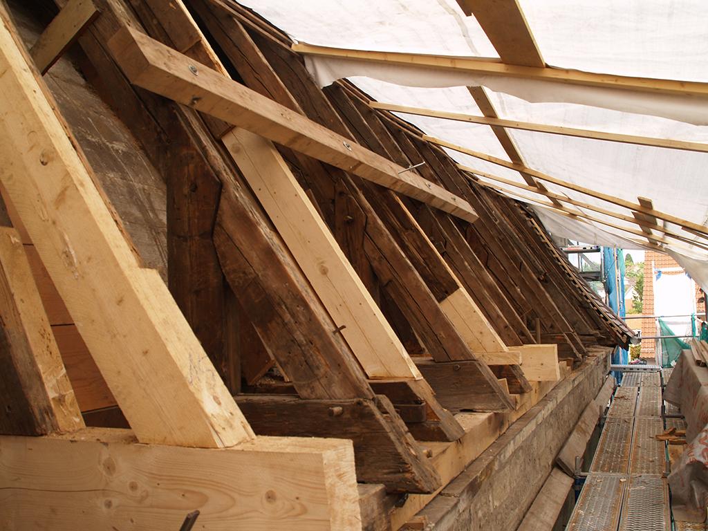 Kirche Brackenheim, Instandsetzung des Dachstuhls, Einsetzen von neuen Balken