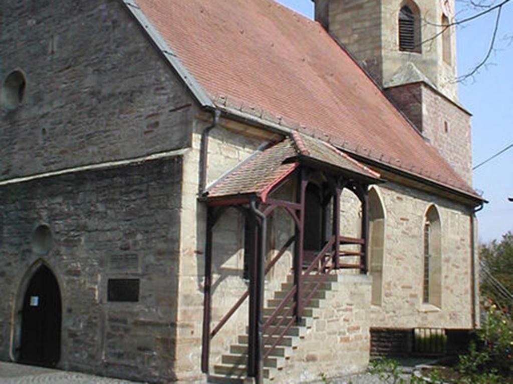 Kirche Dürrenzimmern, Aussenaufnahme Detail der Eingangstreppe