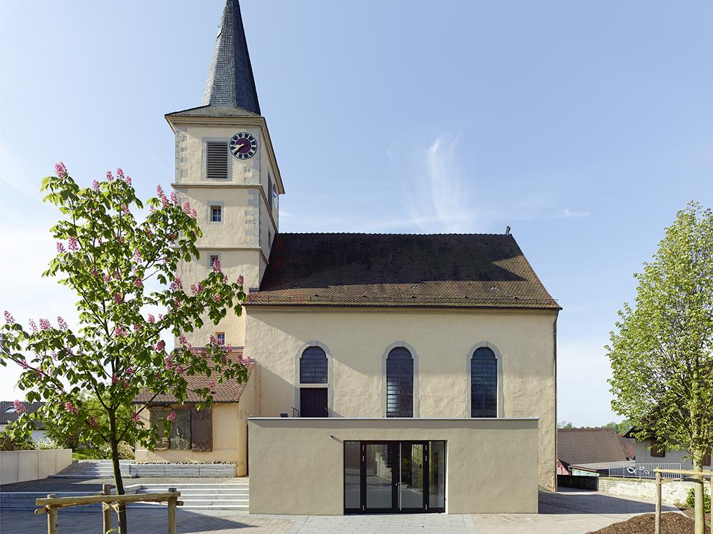 Außenaufnahme Kirche Kochersteinsfeld, Anbau parallel mit Kirchplatz