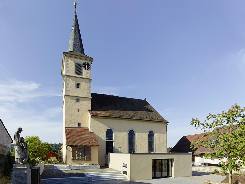 Außenaufnahme Kirche Kochersteinsfeld mit Anbau