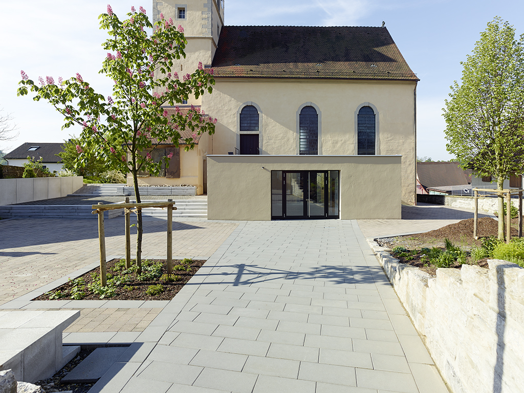 Außenausfnahme Kirche Kochersteinsfeld, Anbau parallel mit Kirchplatz