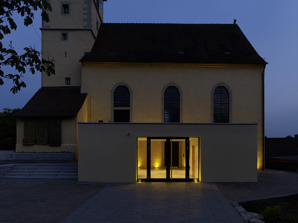 Kirche Kochersteinsfeld, Außenaufnahme bei Dämmerung Anbau mit Innenlicht