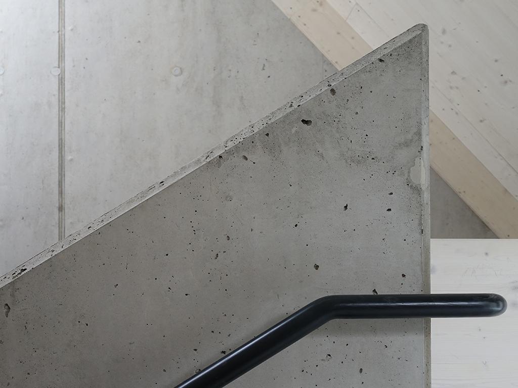 Gemeindehaus Dahenfeld, Detail Wandscheibe am Treppenaufgang