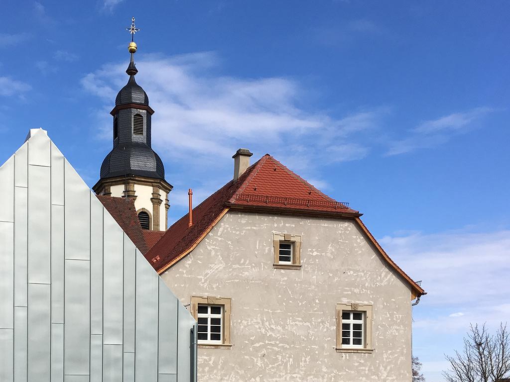 Gemeindehaus Dahenfeld, Beide Südgiebel des Pfarr- und Gemeindehauses mit Turmhelm Kirche