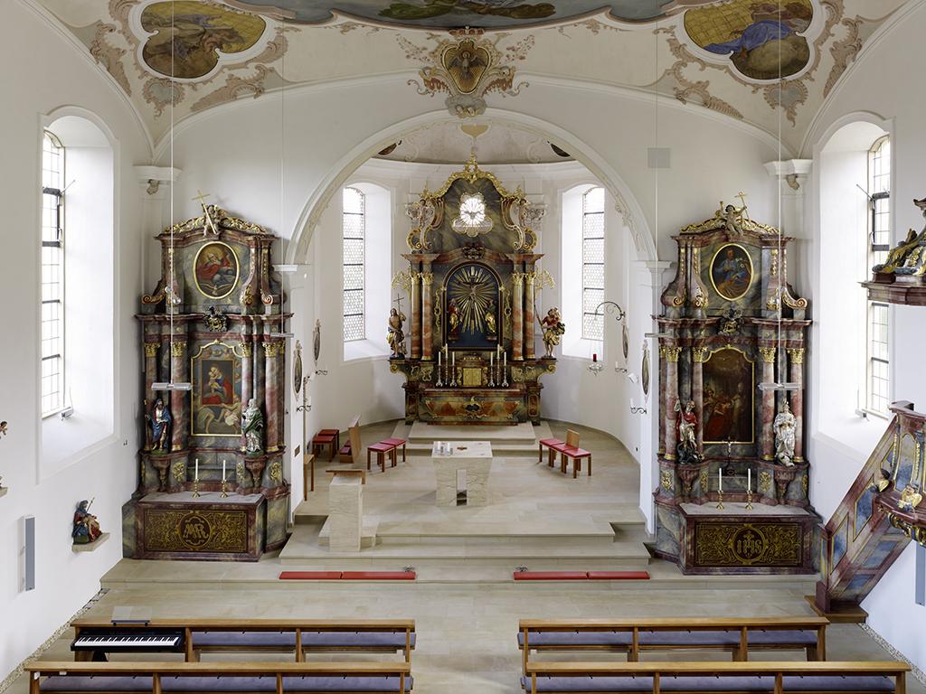 Kirche St.Remigius Übersicht Altäre und Kanzel nach der Sanierung 2010